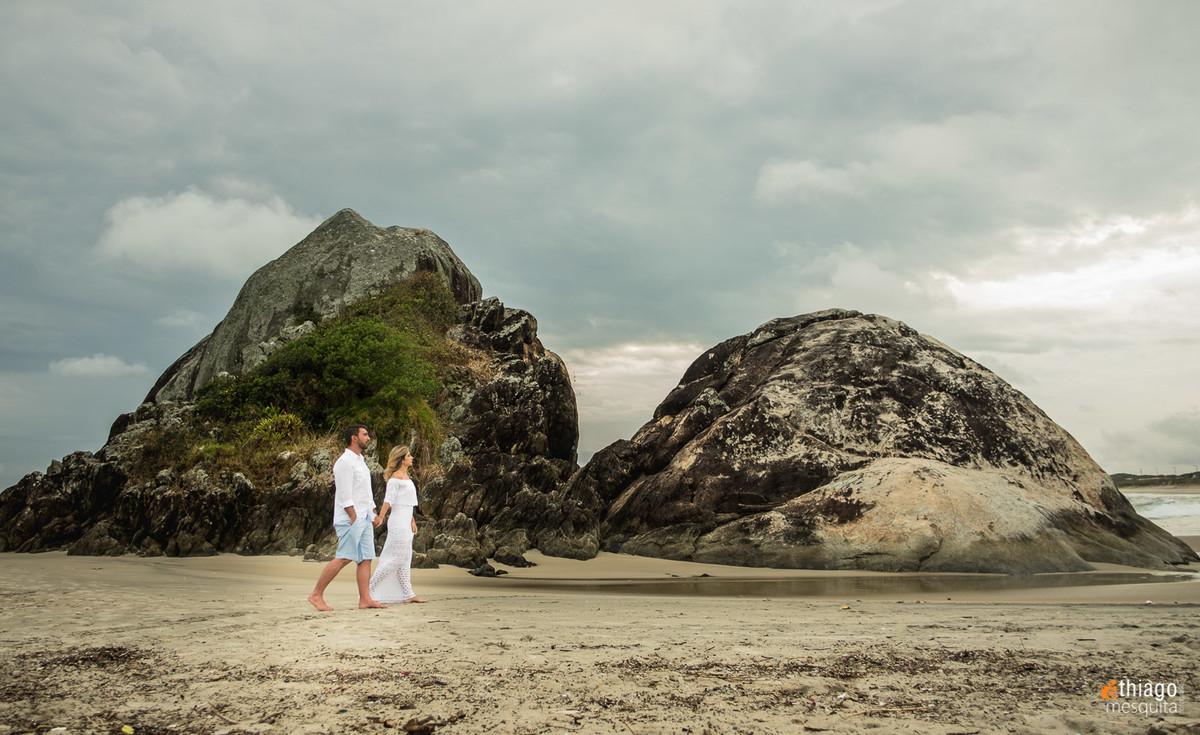 casal caminhando na praia de São Francisco do Sul