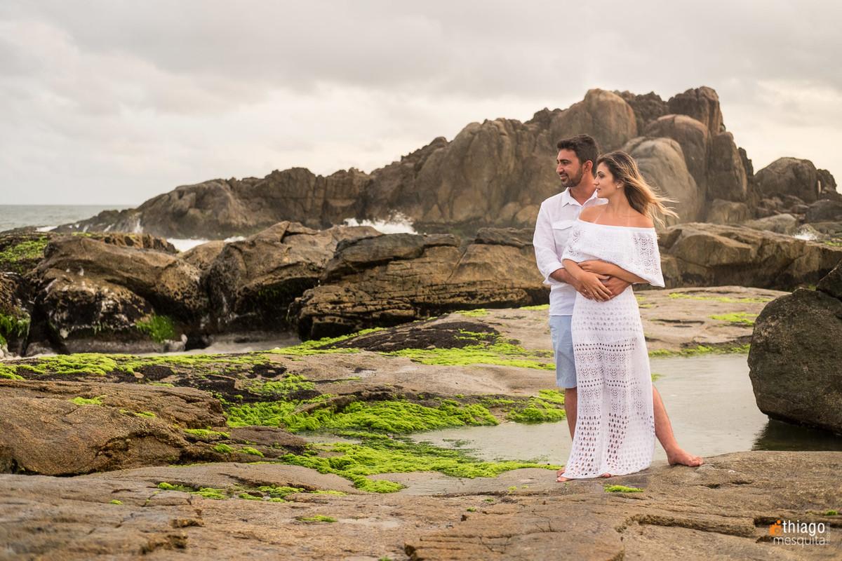 fotografia de casal olhando pro horizonte da praia, Thiago Mesquita