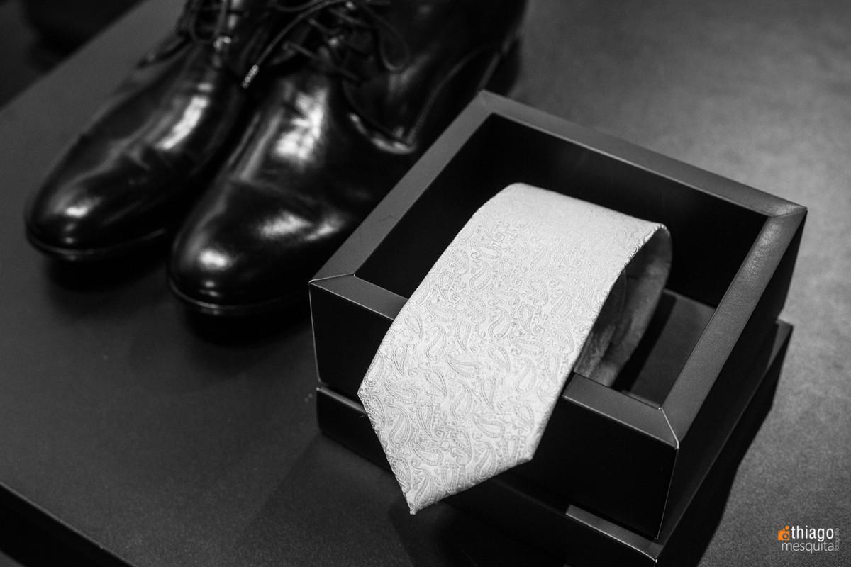 foto preto e branco dos acessórios do noivo