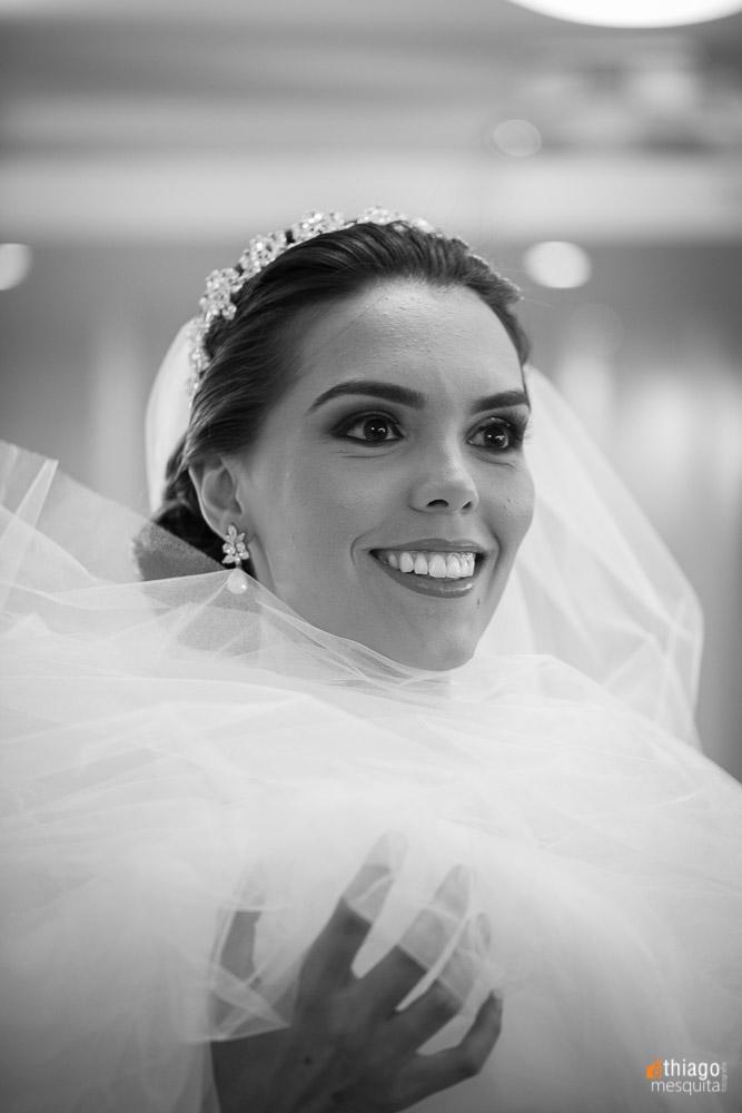 close up em preto e branco da noiva colocando o véu