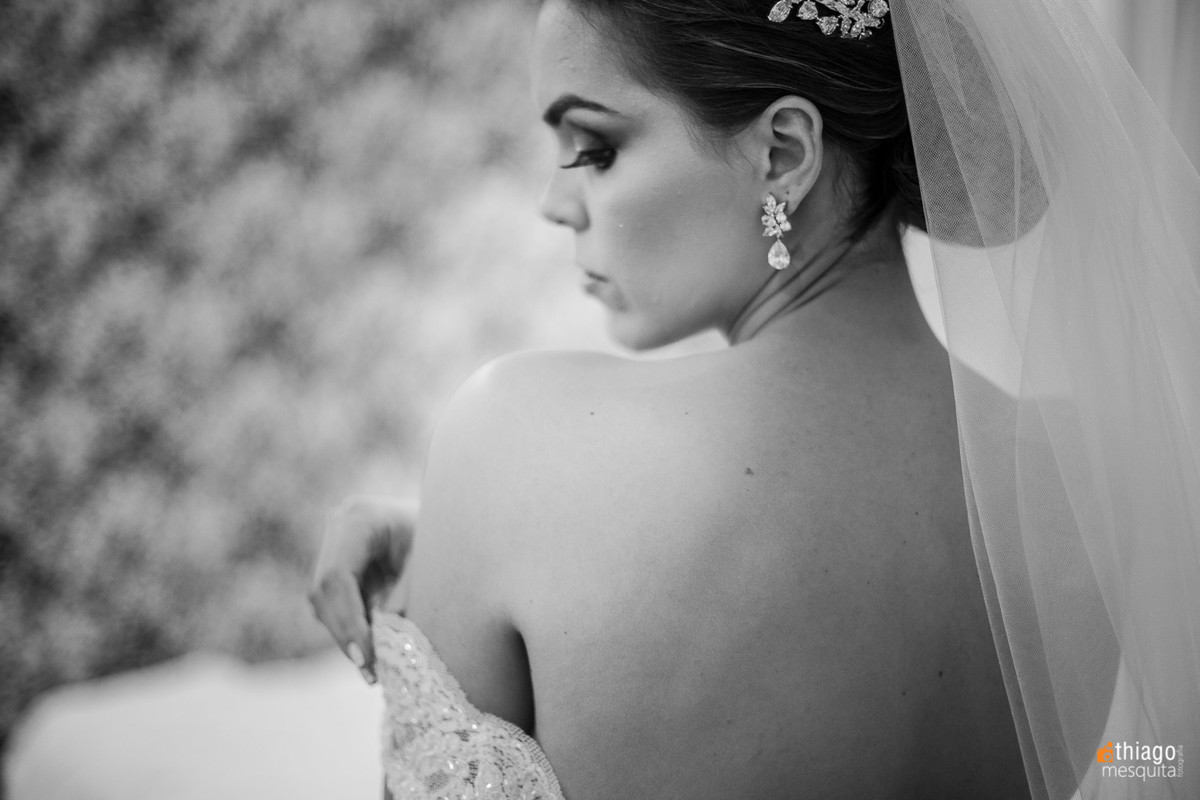 registro da noiva de costas, vestindo vestido de noiva,