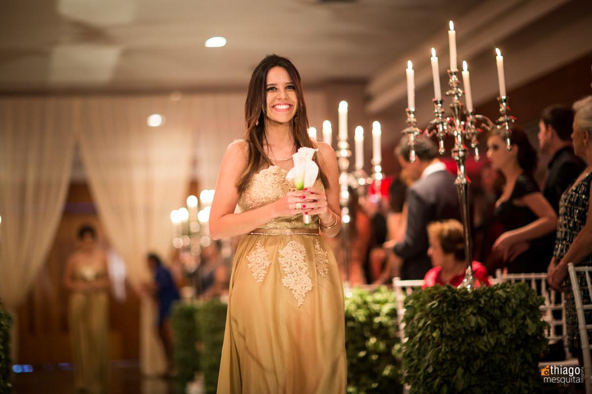 madrinha de casamento com vestido dourado, por Thiago Mesquita