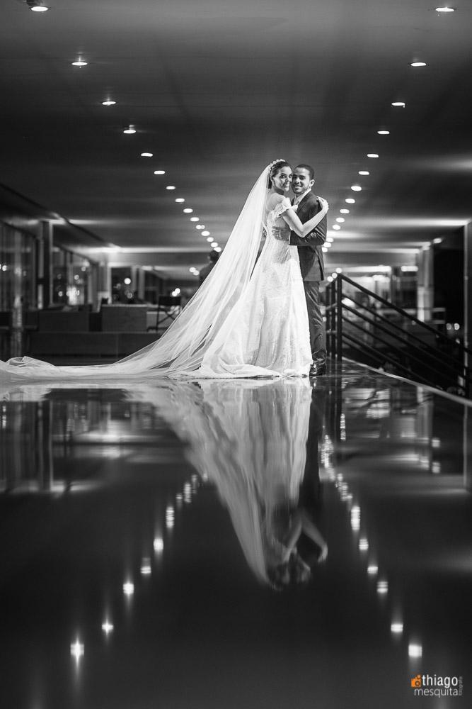 reflexo dos noivos no ensaio de casal pelo fotografo Thiago Mesquita
