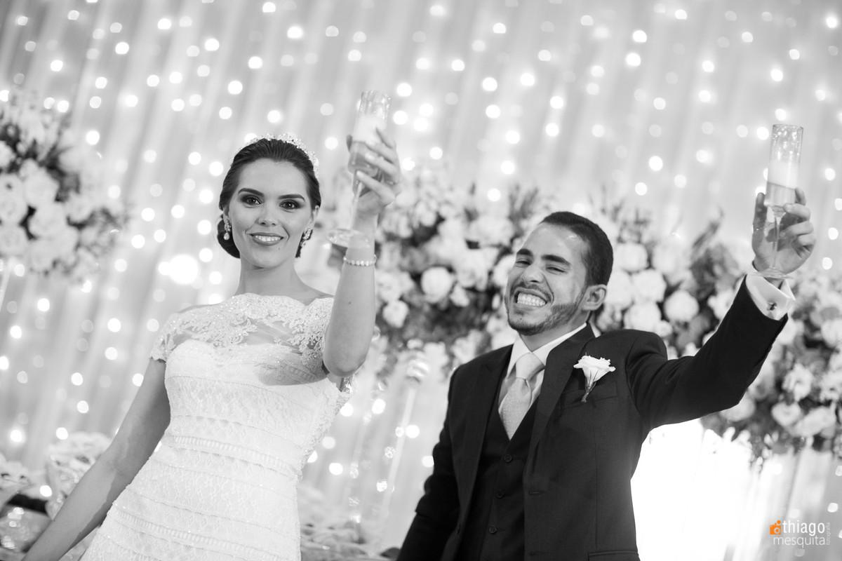 noivos entrando na recepção, em preto e branco por Thiago Mesquita
