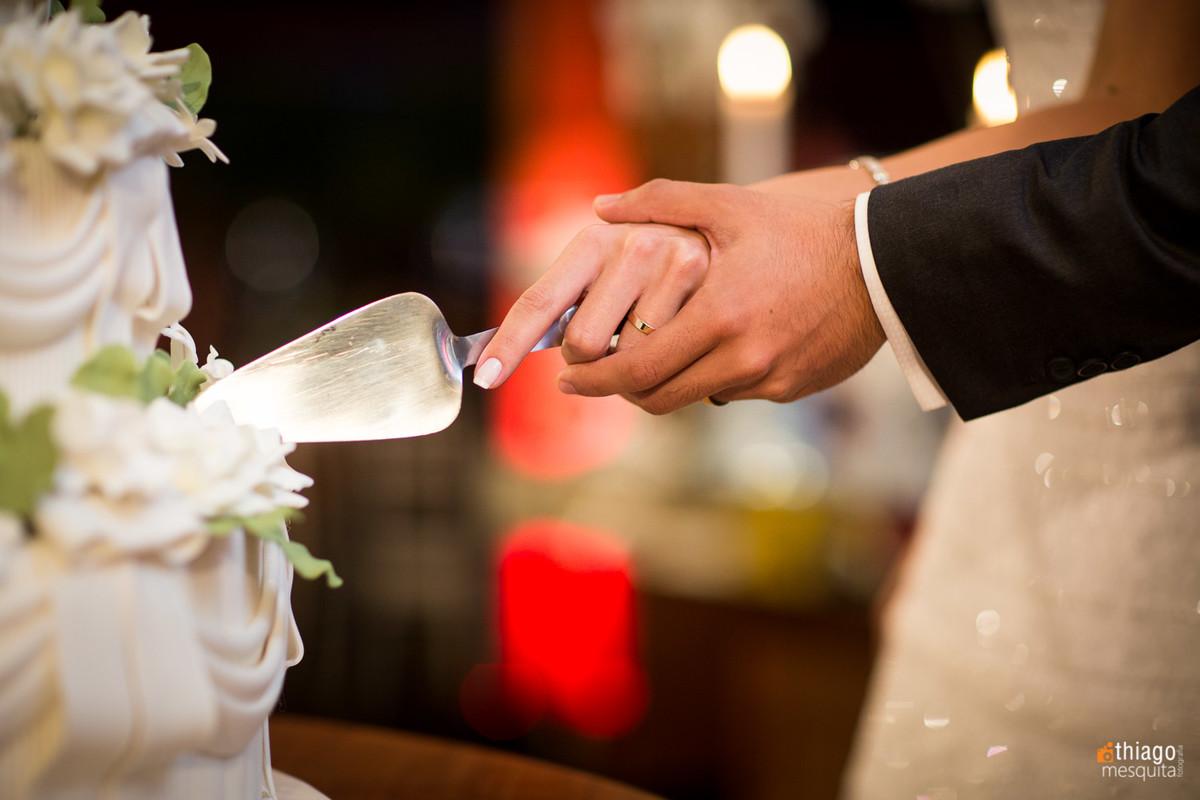 corte de bolo dos noivos, por Thiago Mesquita