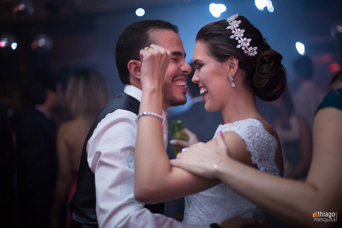 noivos dançando na festa de recepção