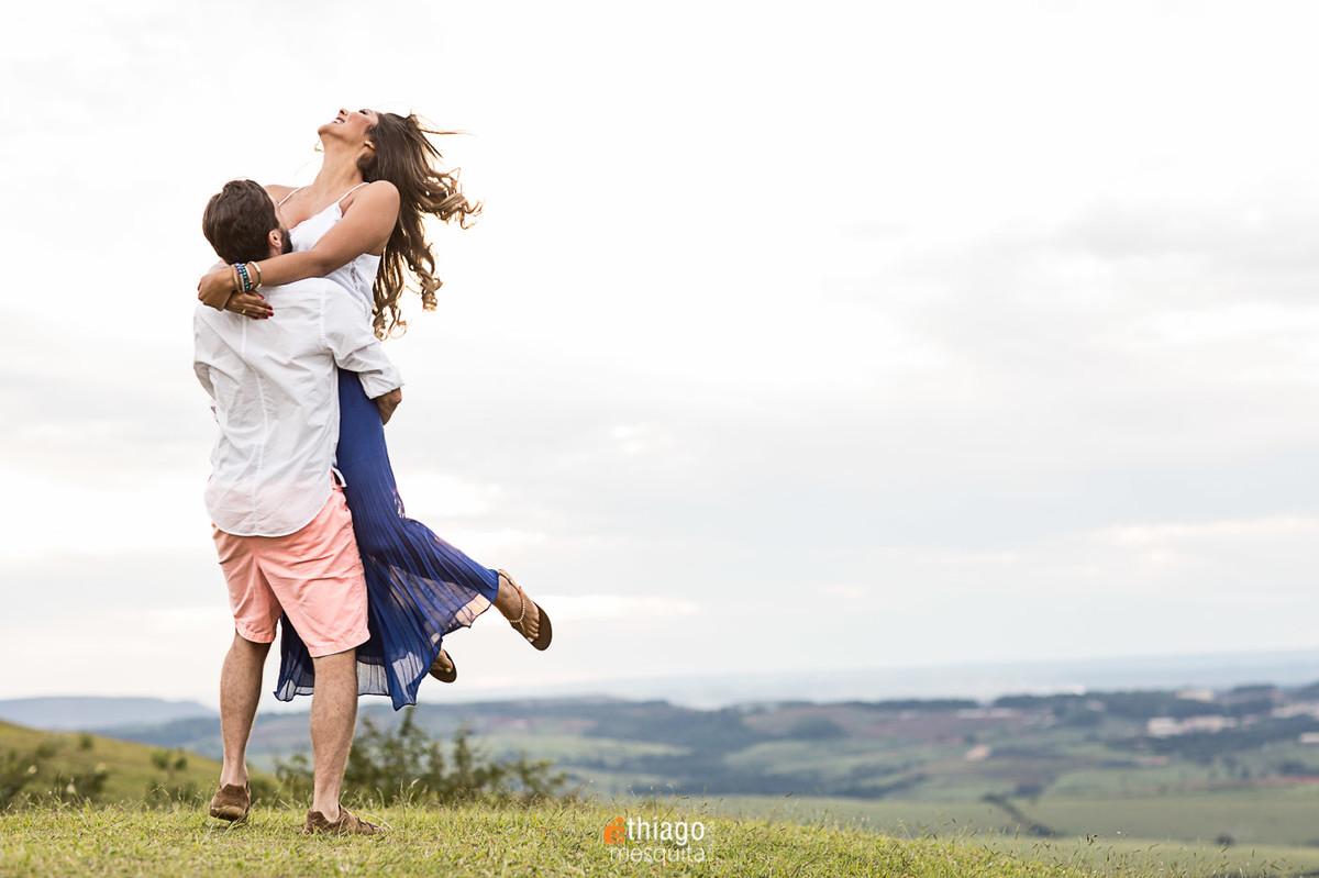 cabelos ao vento no ensaio de prewedding em Araxá