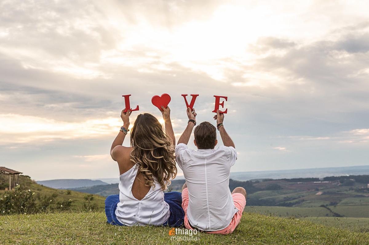 Palavra Love no ensaio de Pre-casamento