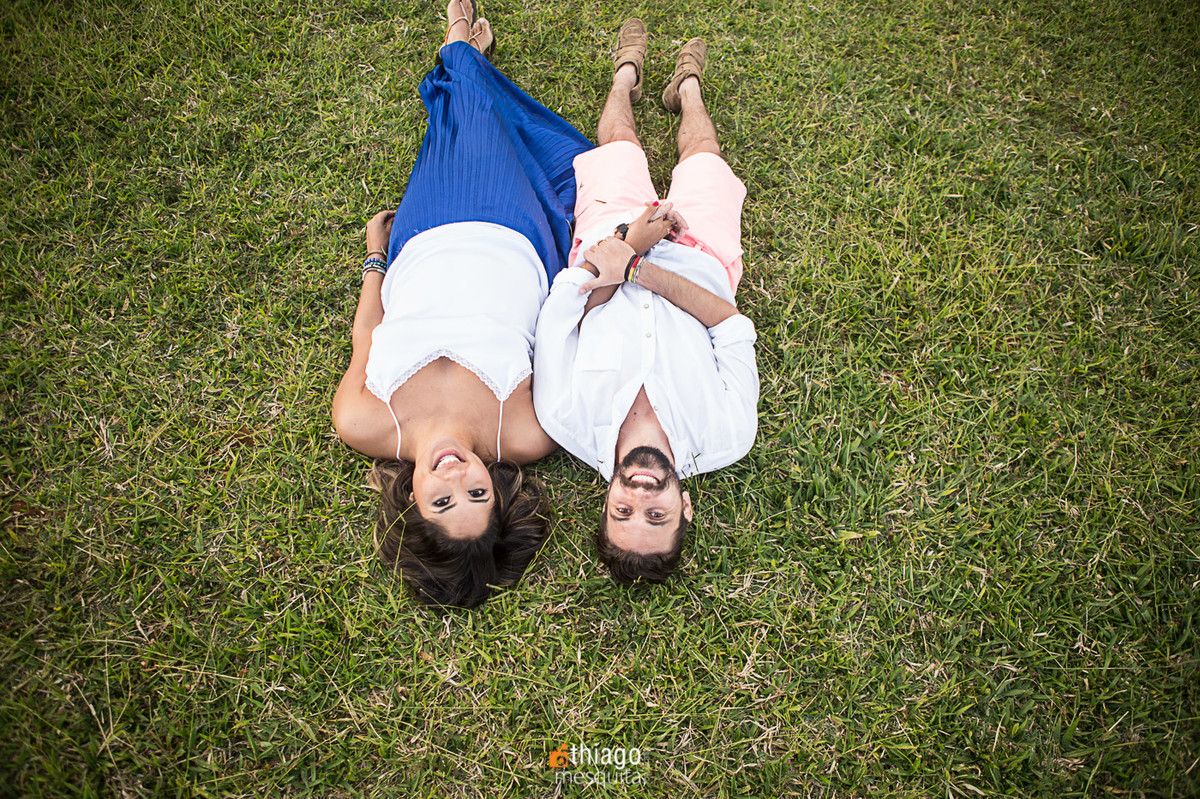 casal deitado na grama, fotografo Thiago Mesquita