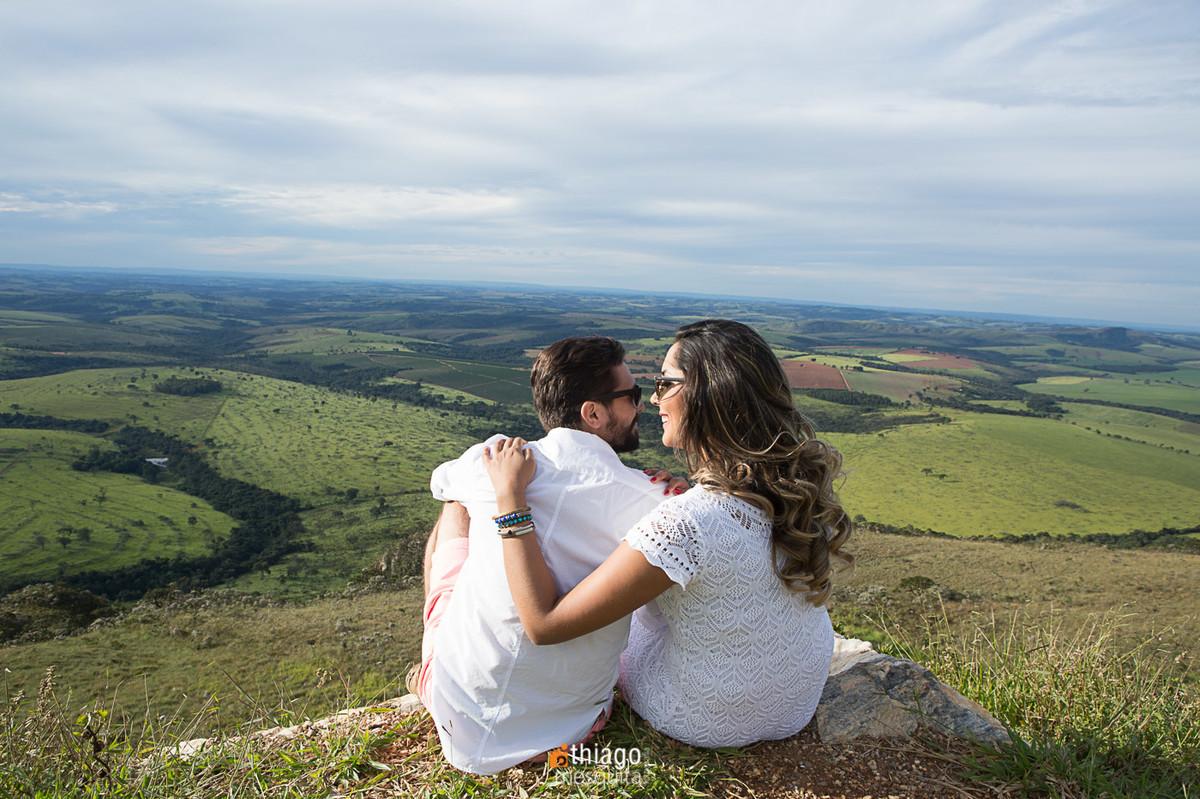 ensaio de pre-casamento olhando pro horizonte, pelo fotografo Thiago Mesquita
