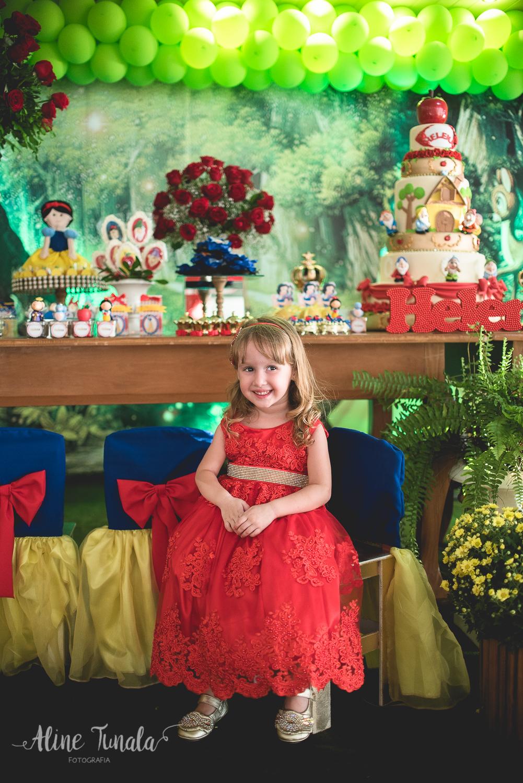helena sentada na cadeira personalizada no tema de sua festa de 3 anos de branca de neve