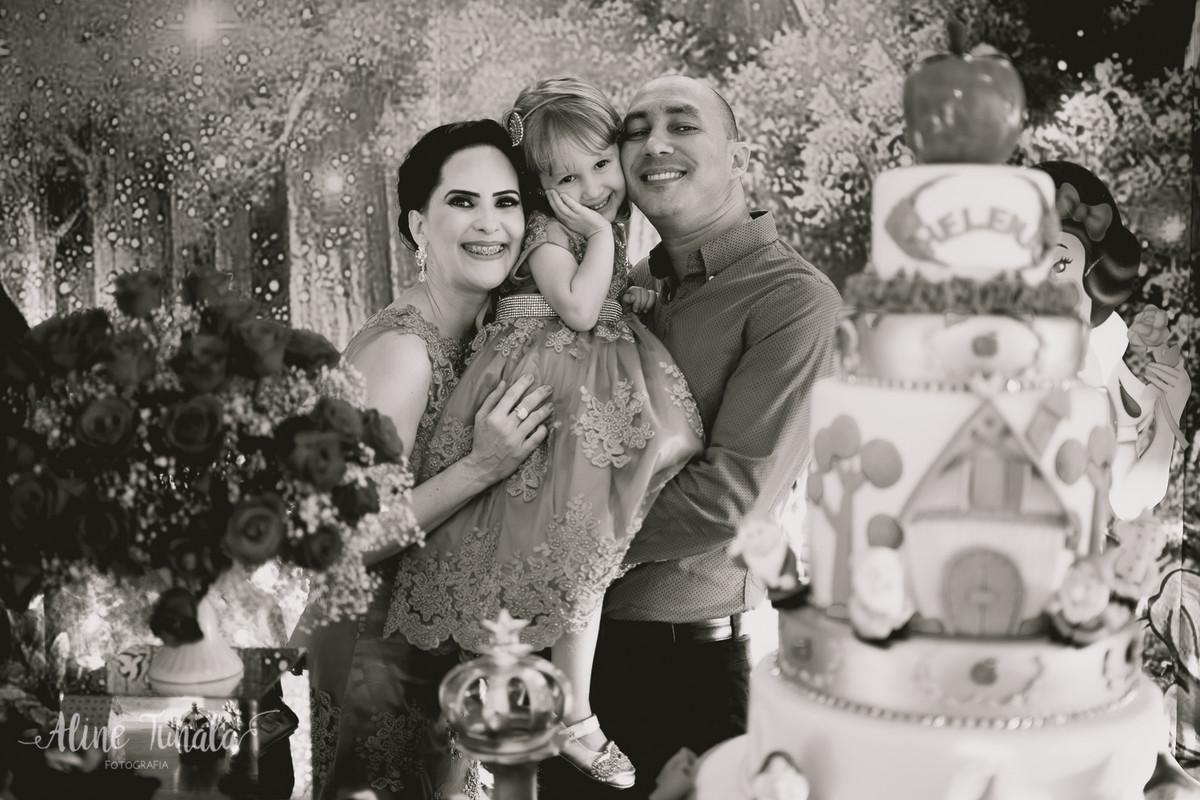 helena com seus pais em sua festa de 3 anos de branca de neve