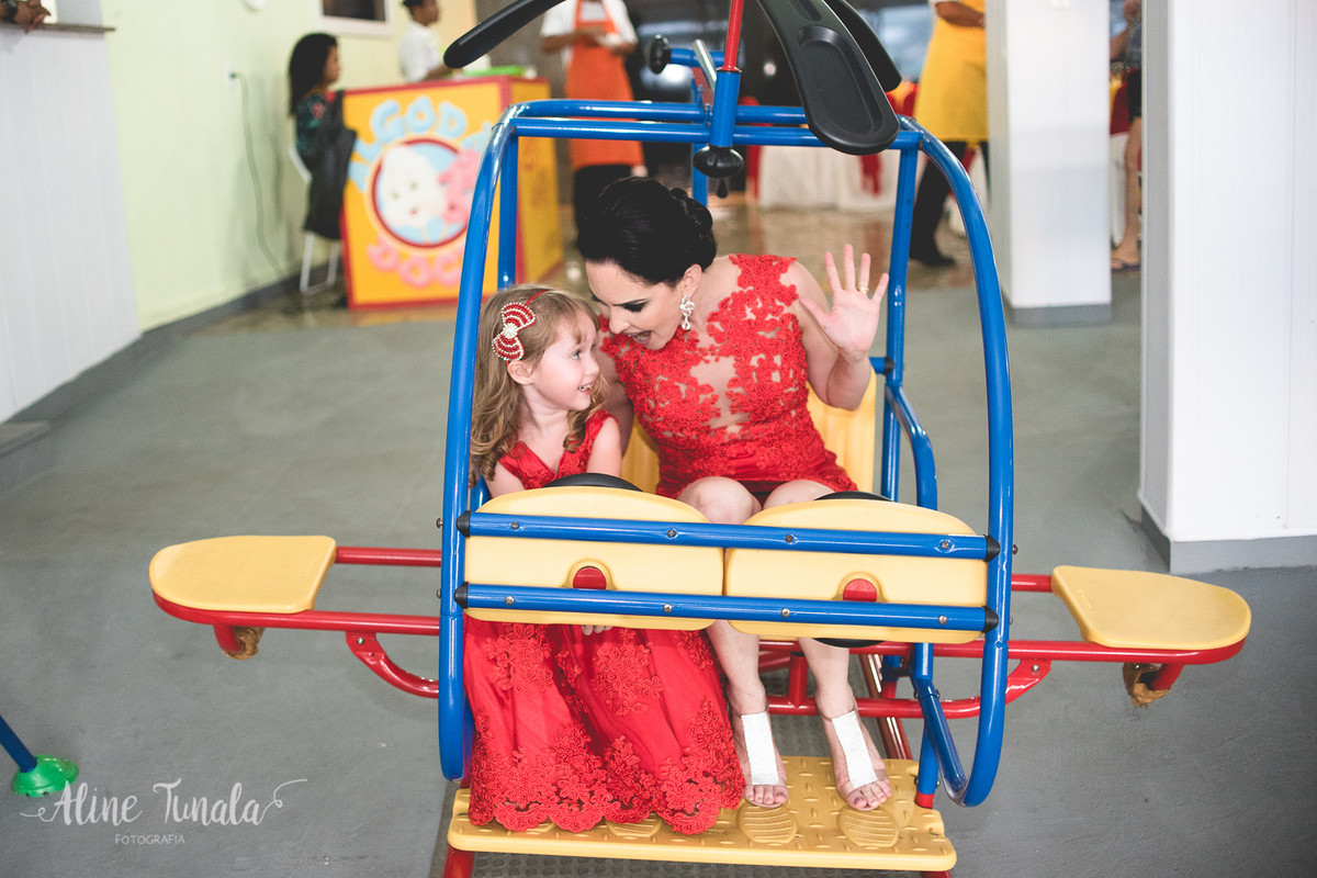 helena brincando com sua mãe no seu aniversário de 3 anos
