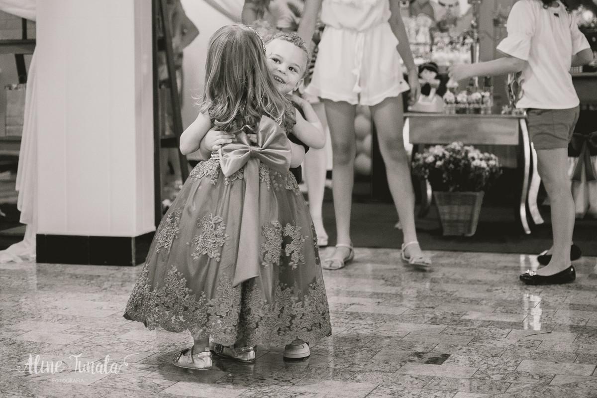 helena abraçando seu primo no seu aniversário de 3 anos