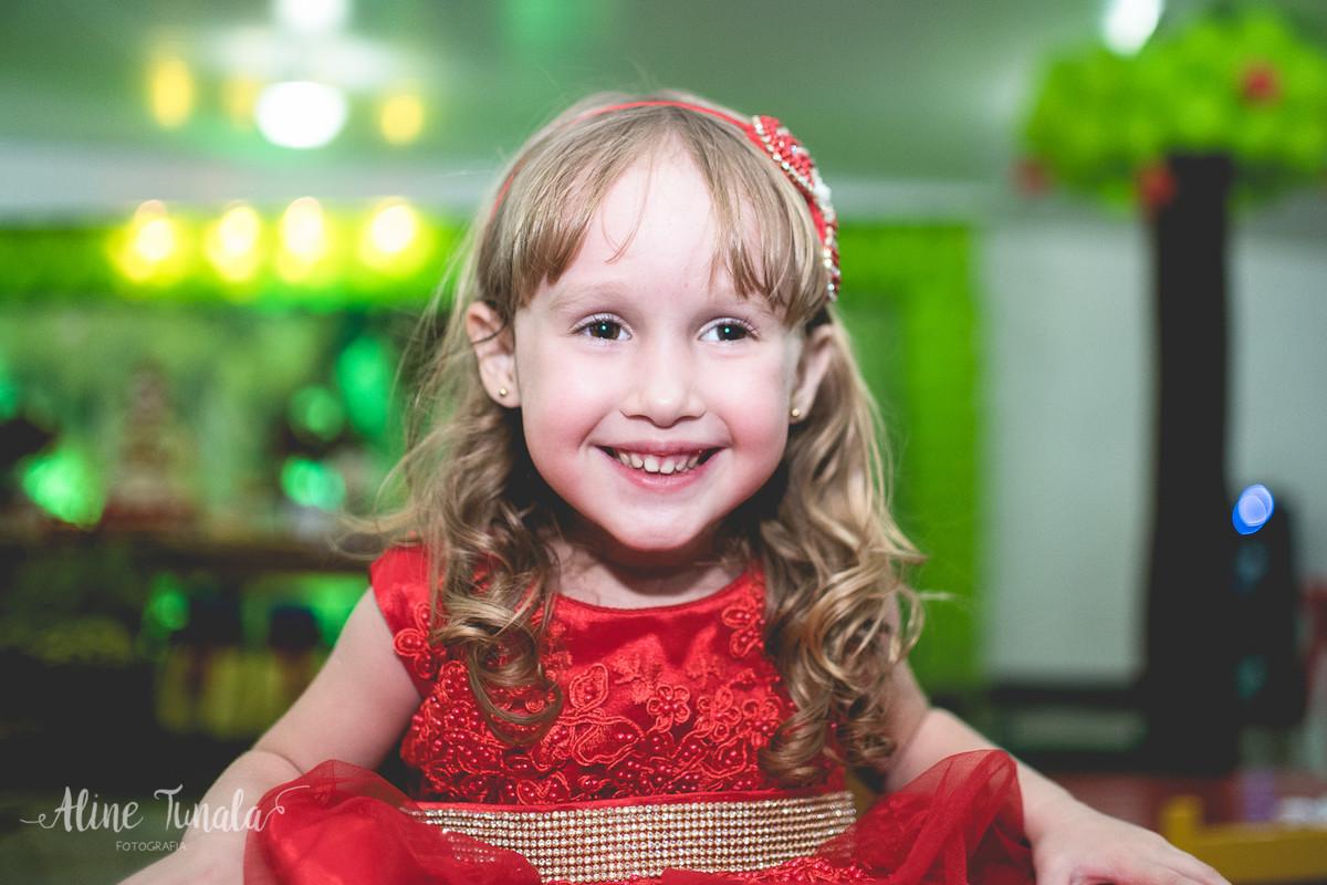 helena brincando na sua festa de 3 anos