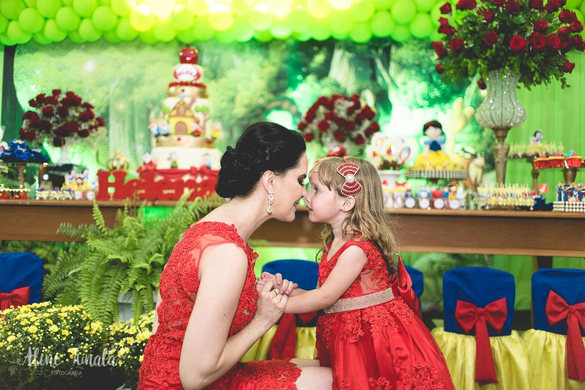 mãe e filha trocando carinho no aniversário