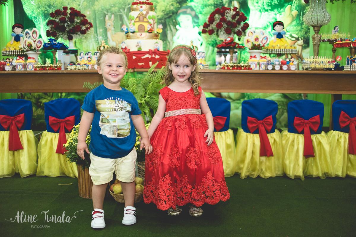 helena e seu primo na sua festa de 3 anos de branca de neve