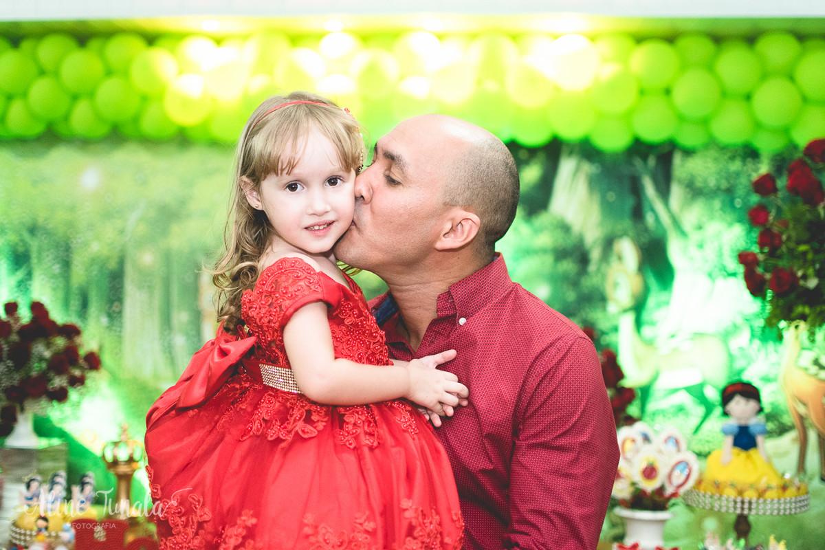 helena ganhando beijo do seu pai em seu aniversário de 3 anos