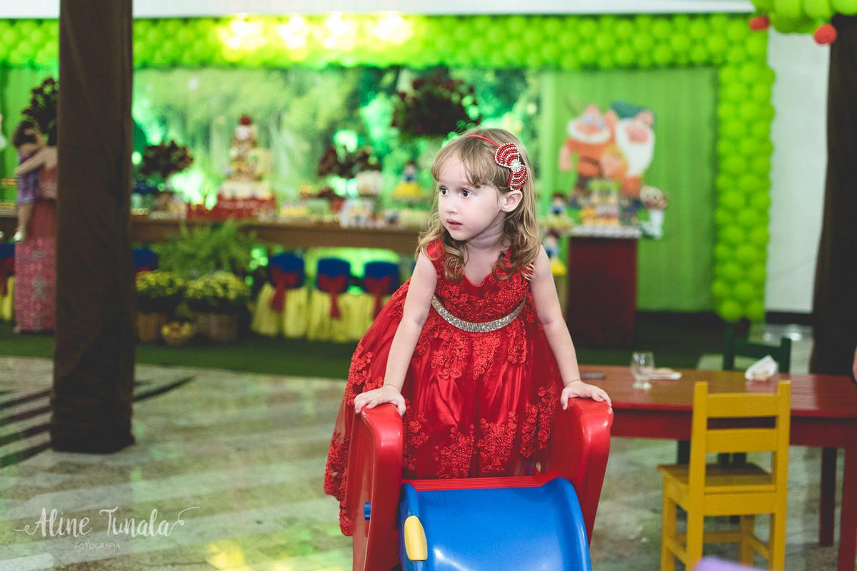 helena brincando no escorregador no seu aniversário de 3 anos