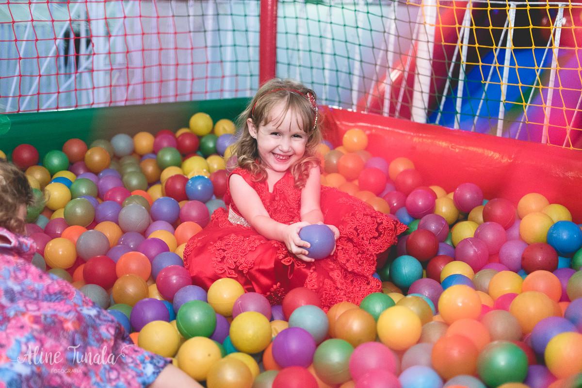 helena se divertindo na piscina de bolinhas na sua festa de 3 anos
