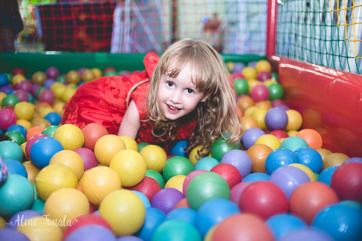helena brincando na piscina de bolinhas no seu aniversário de 3 anos