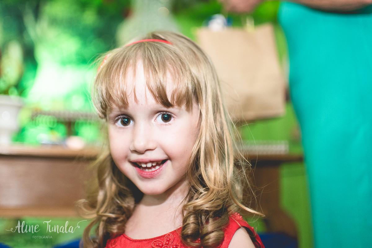 linda helena sorrindo na sua festa de 3 anos