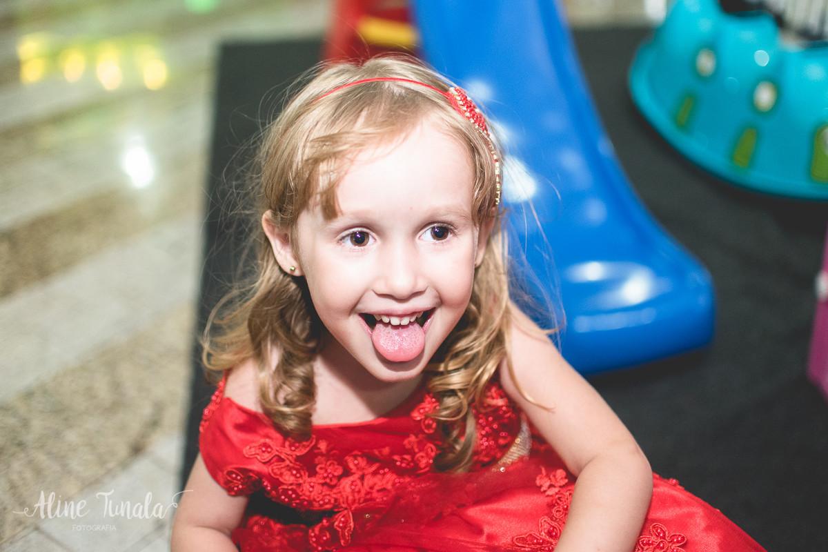 helena fazendo careta, mostrando a lingua, na sua festa de 3 anos