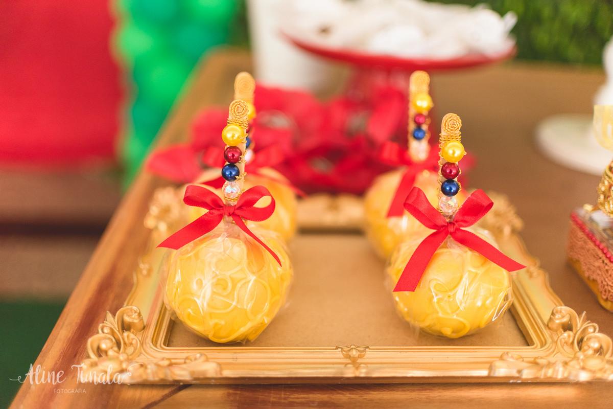 maçã do amor amarela para decoração festa branca de nece