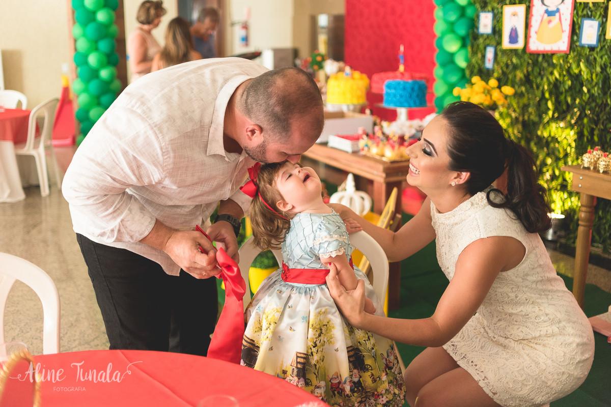 vivian colocando seu vestido e ganhando beijinho do papai na sua festa de 1 aninho de branca de neve