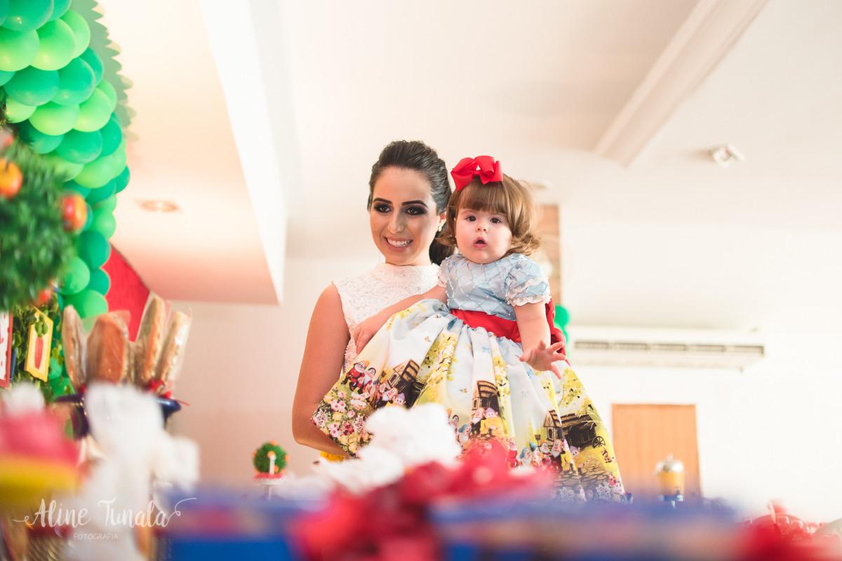 vivian e sua mãe olhando a decoração da mesa no aniversário de 1 ano tema branca de neve
