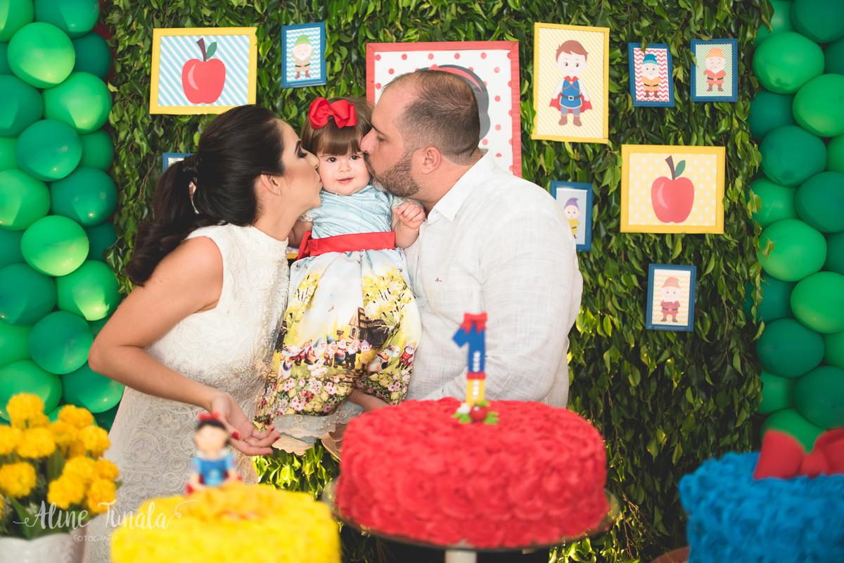 ganhando beijo dos pais no aniversário de 1 aninho de branca de neve