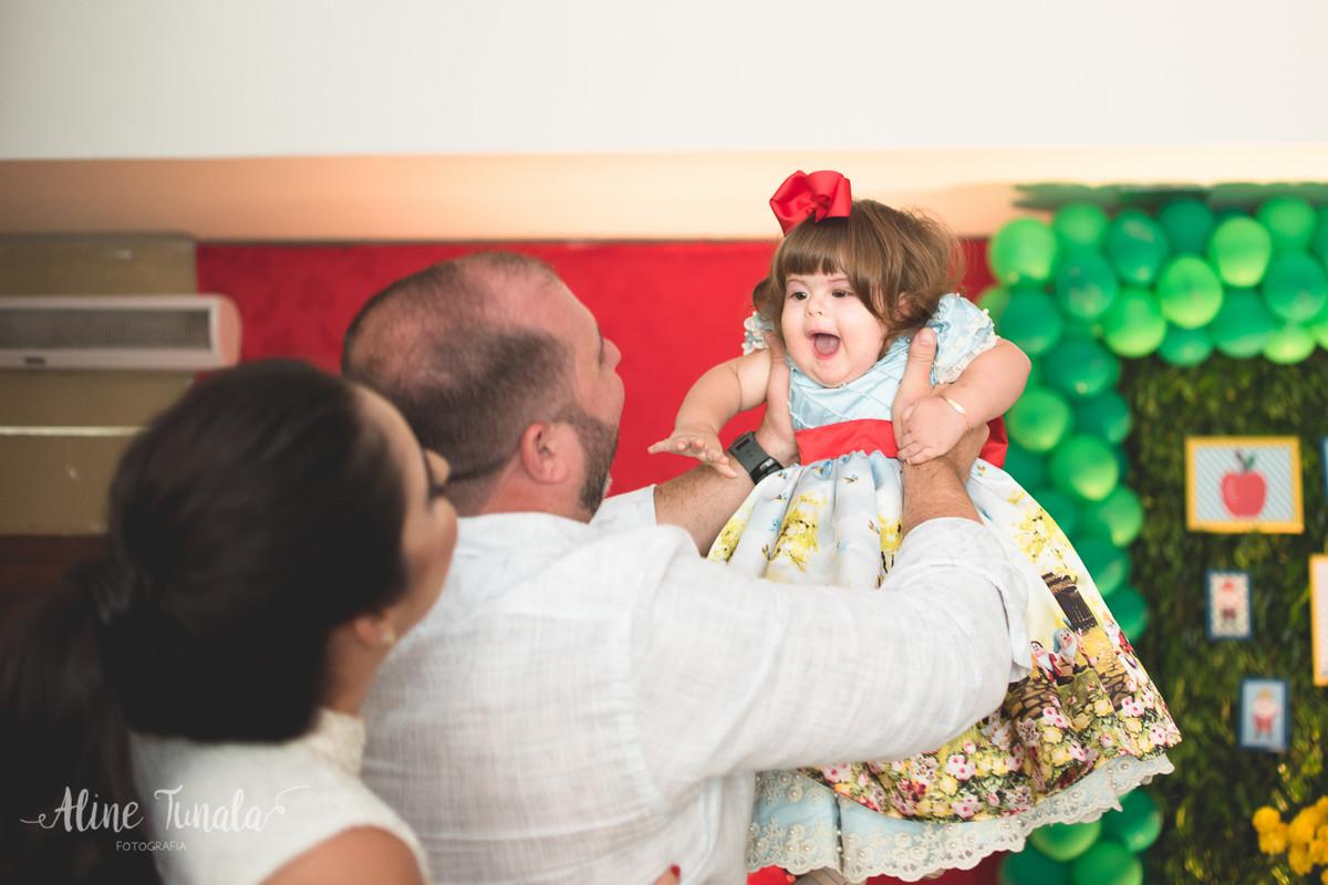 pais brincando com a bebê no aniversário de 1 ano