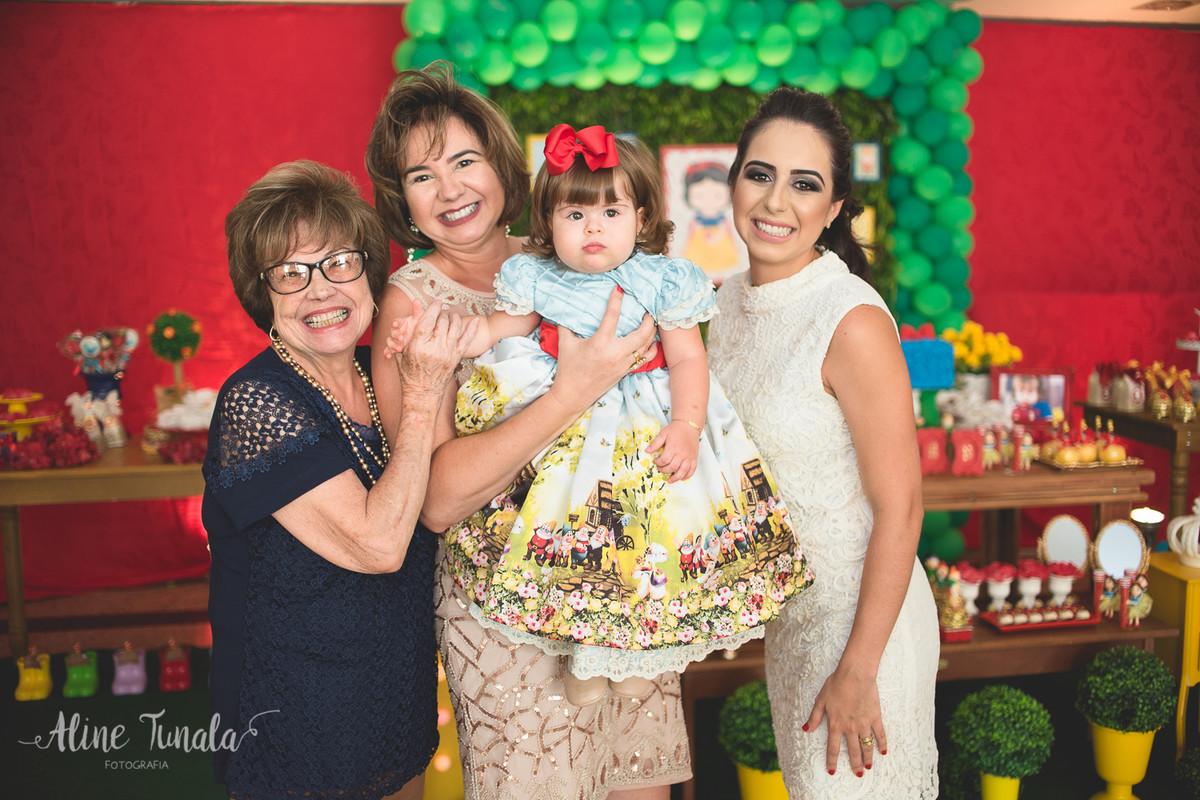 4 gerações, bisavó, avó, mãe e bebê no seu aniversário de 1 ano