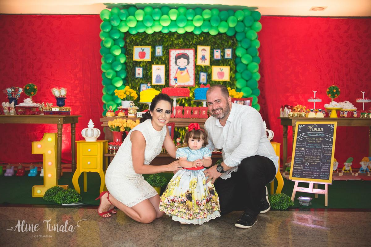 vivian e seus pais em sua festa de 1 ano tema branca de neve