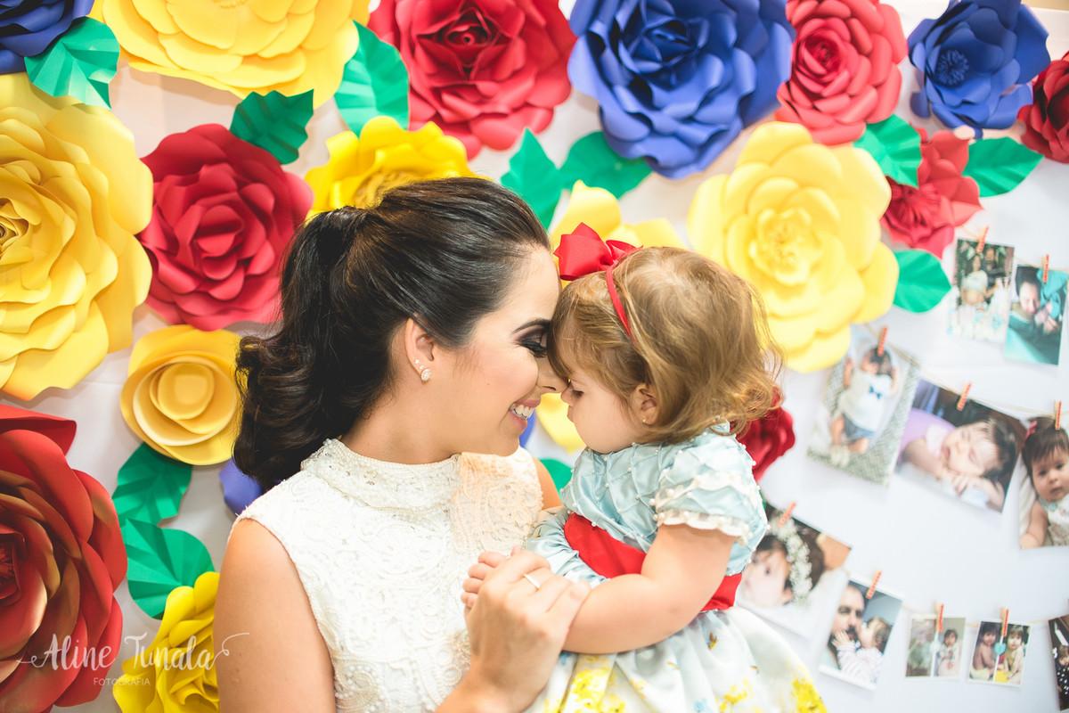 mãe e filha trocando carinho na festa de 1 ano