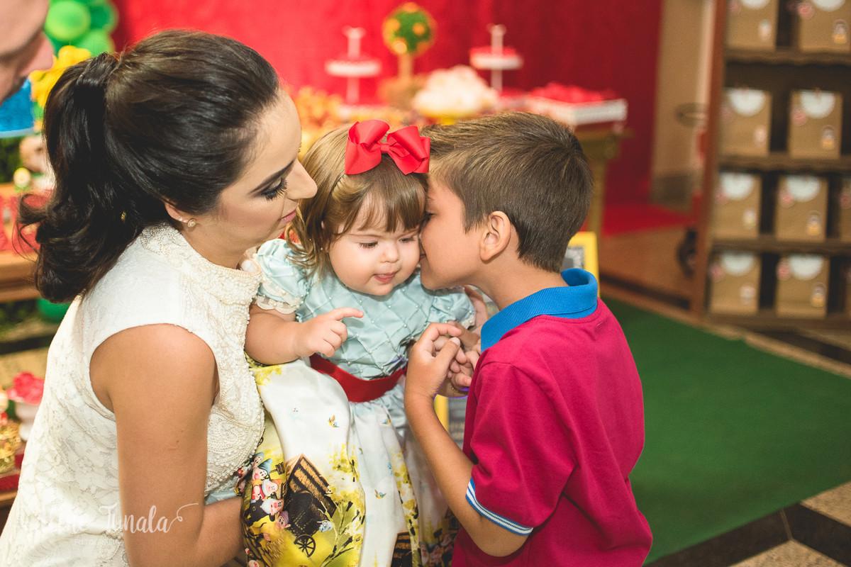 bebê ganhando beijinho do amigo no seu aniversário de 1 ano
