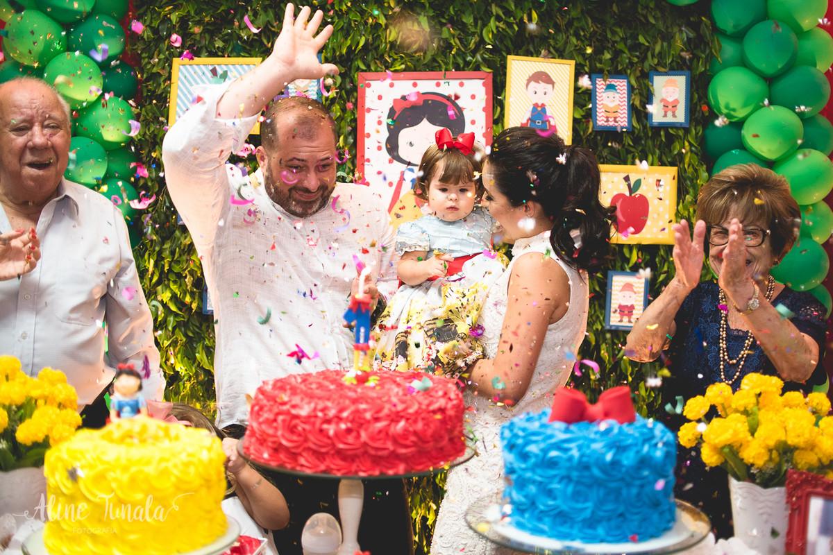 confetes jogados durante o parabéns na festa de 1 ano da vivian