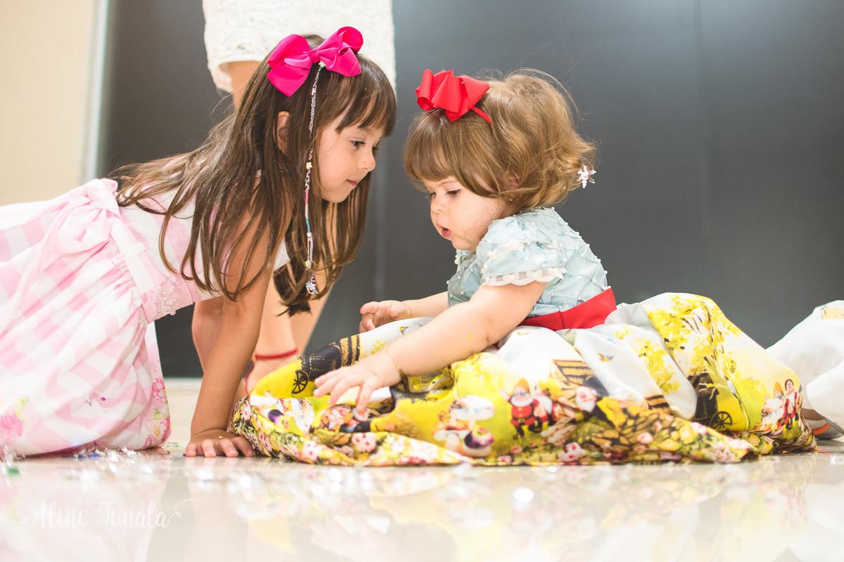 vivian e sua amiga brincando com os confetes da festa