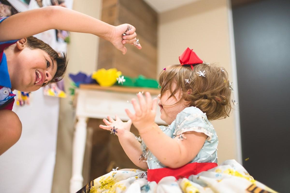 vivian e seu amigo brincando com os confetes da sua vfesta de aniversa´rio