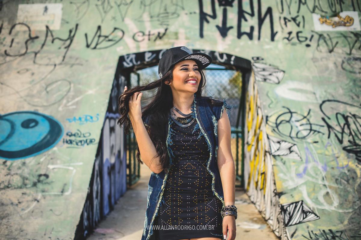 Amanda sorrindo na pista de skate da orla no seu ensaio fotografico