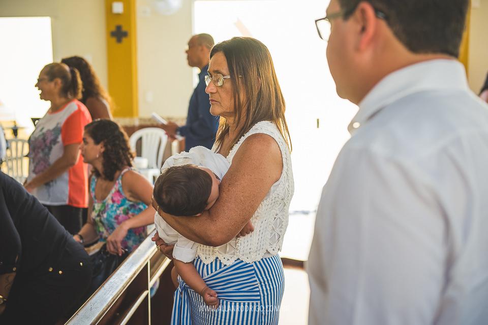 Felipe dormindo nos braços da vovó na Paróquia Nossa Senhora do Carmo