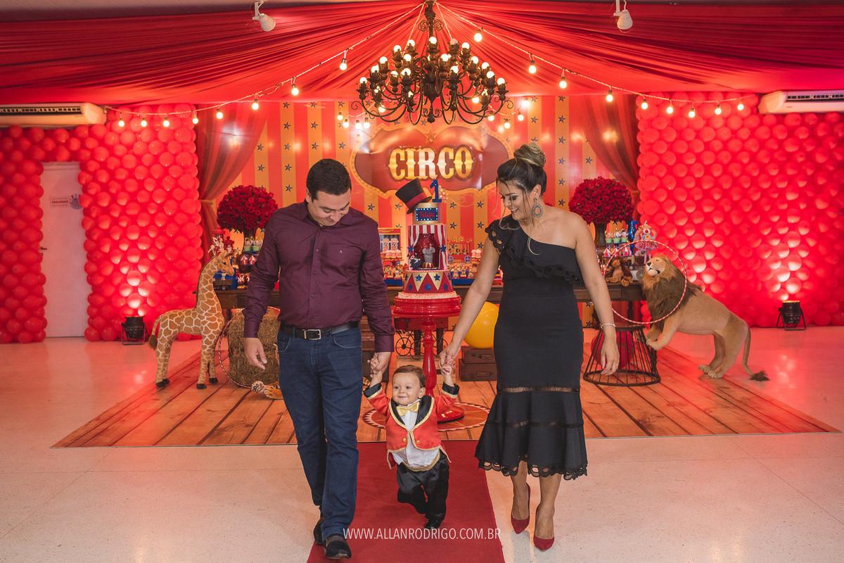 Felipe com papai e mamãe na mesa da festa infantil circo