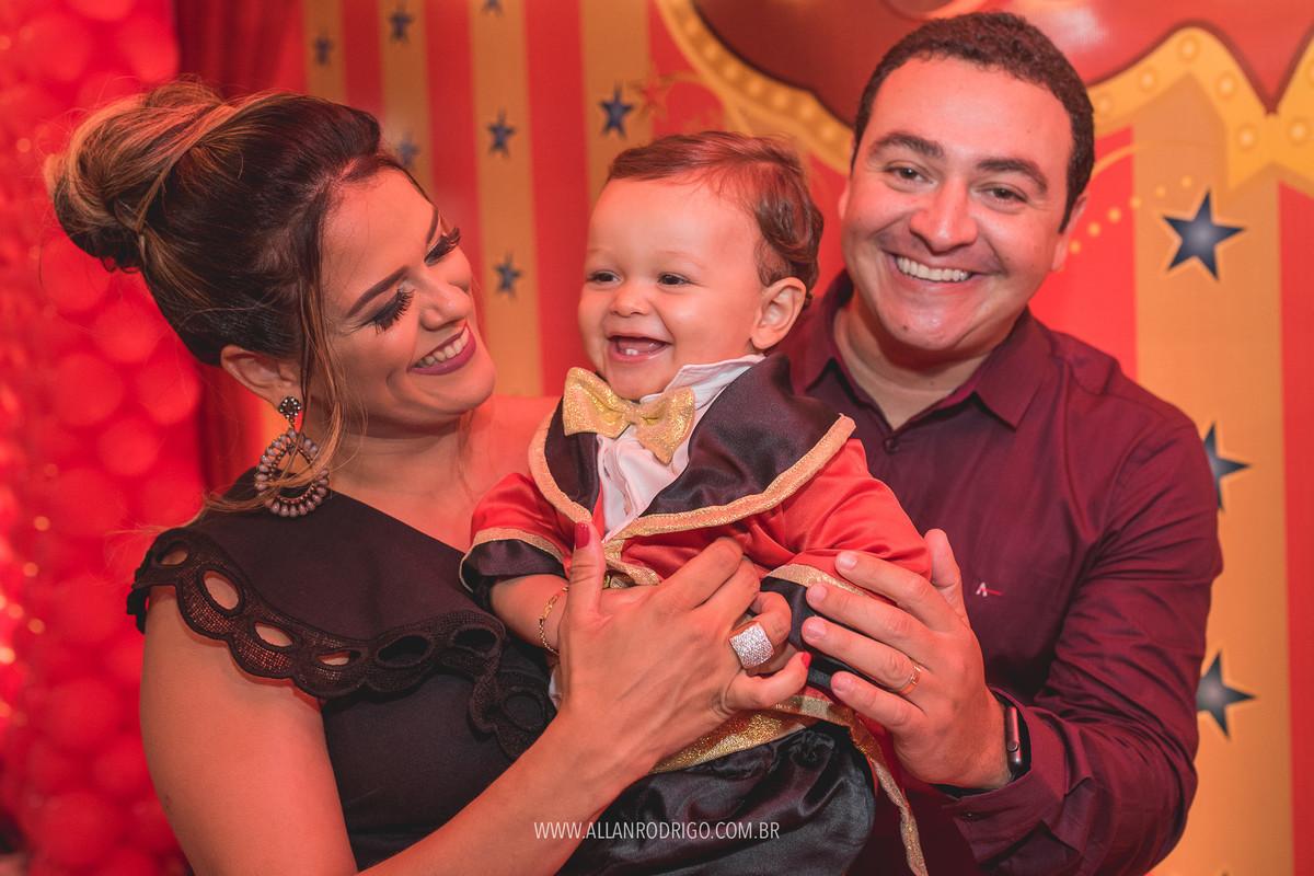 Felipe com mamãe e papai no circo festa infantil