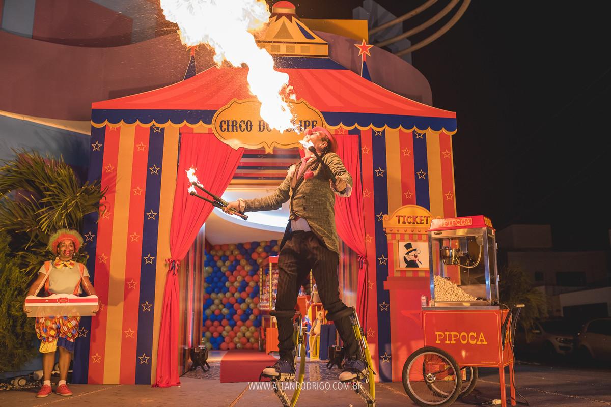 Palhaço cuspindo fogo no grande circo do Felipe