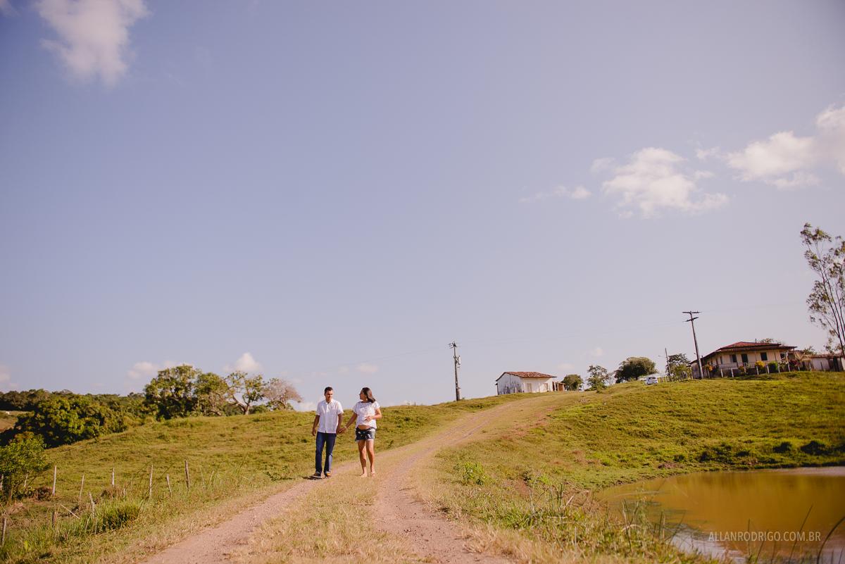 Gestante caminhando pela fazenda