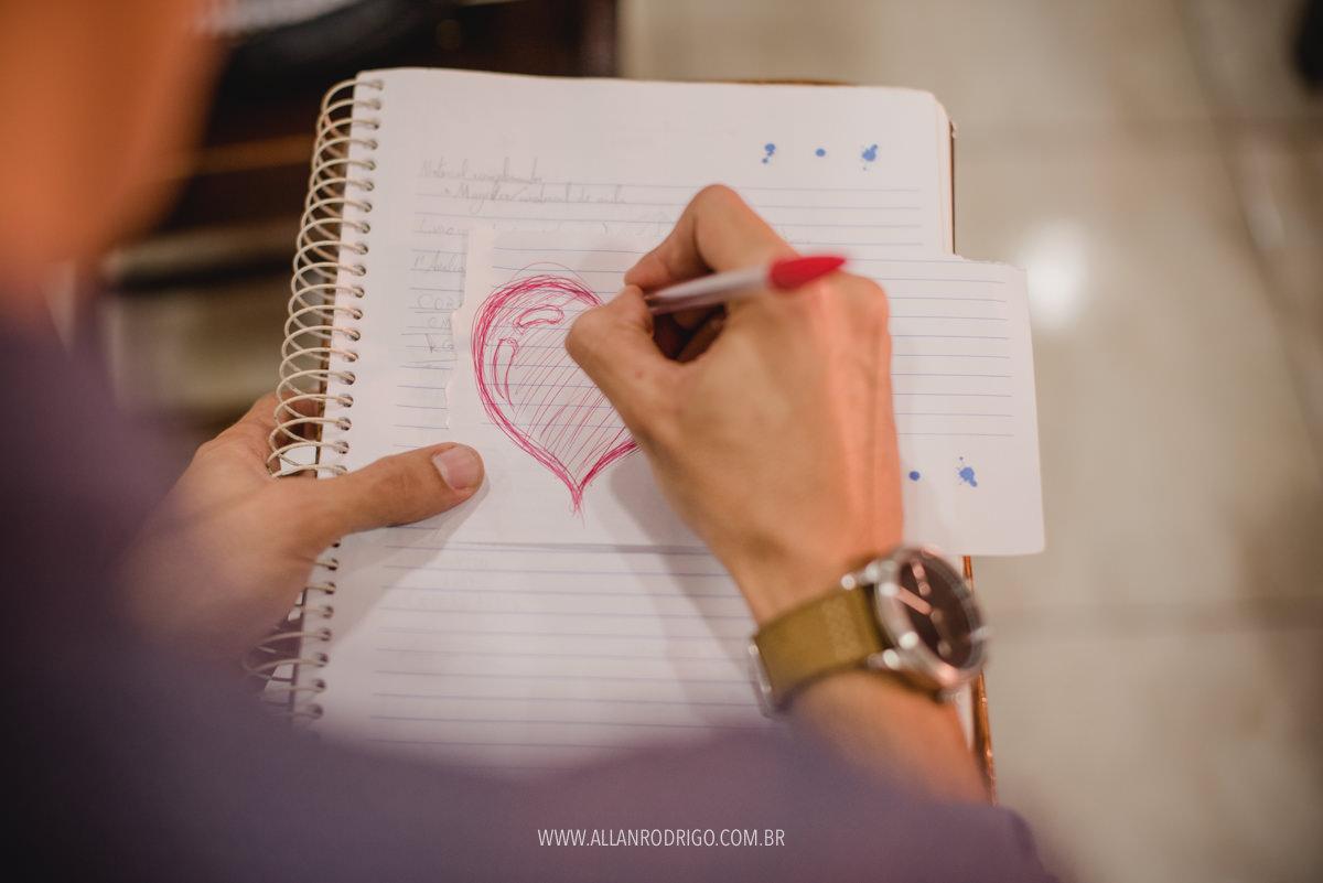 Noivo desenhando coração para noiva