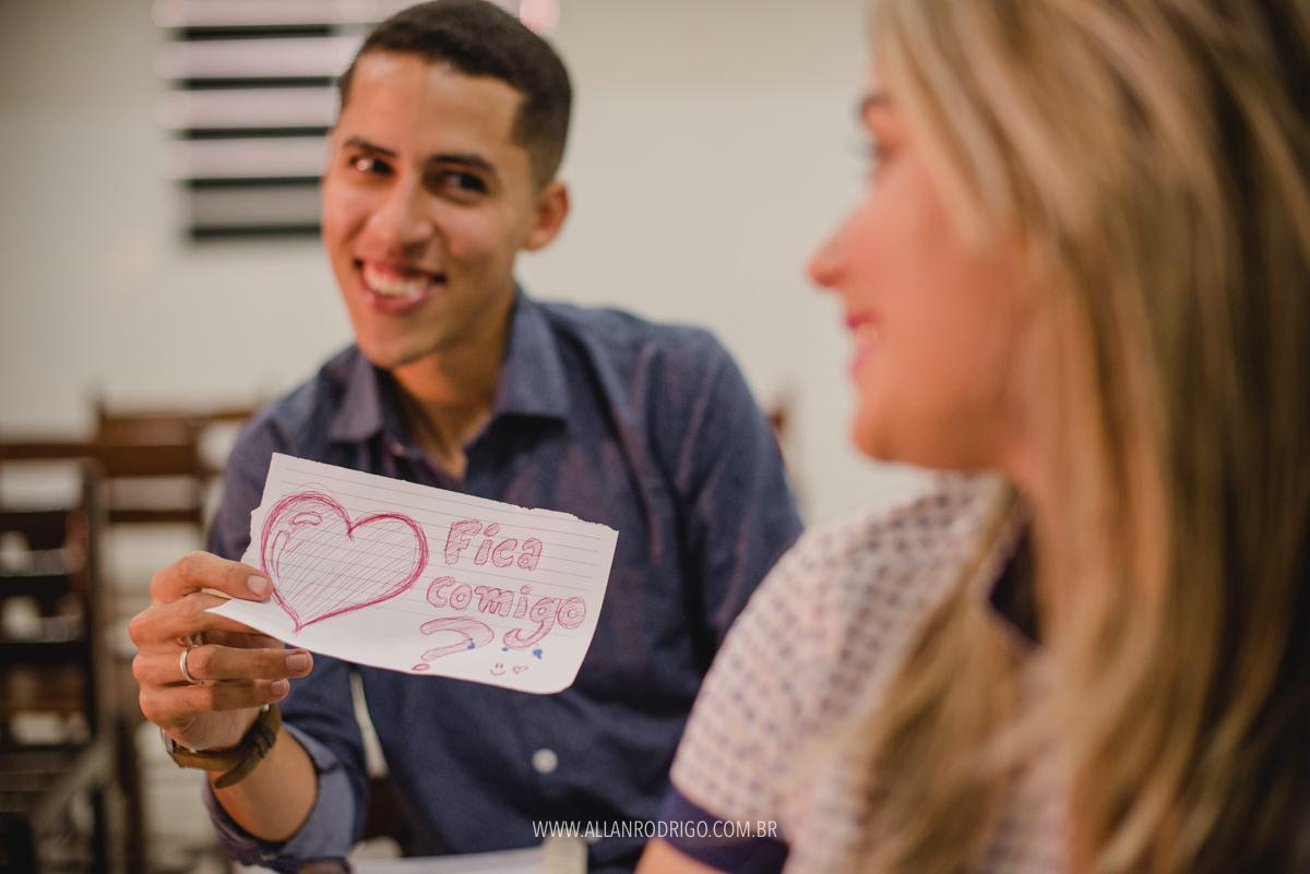 Noivo pedindo para ficar com noiva na sala de aula
