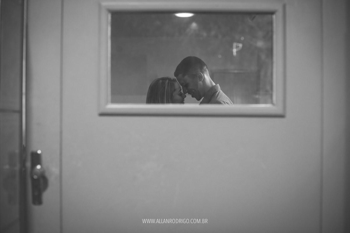 casal troca carinho na sala de aula que se conheceram 7 anos atrás