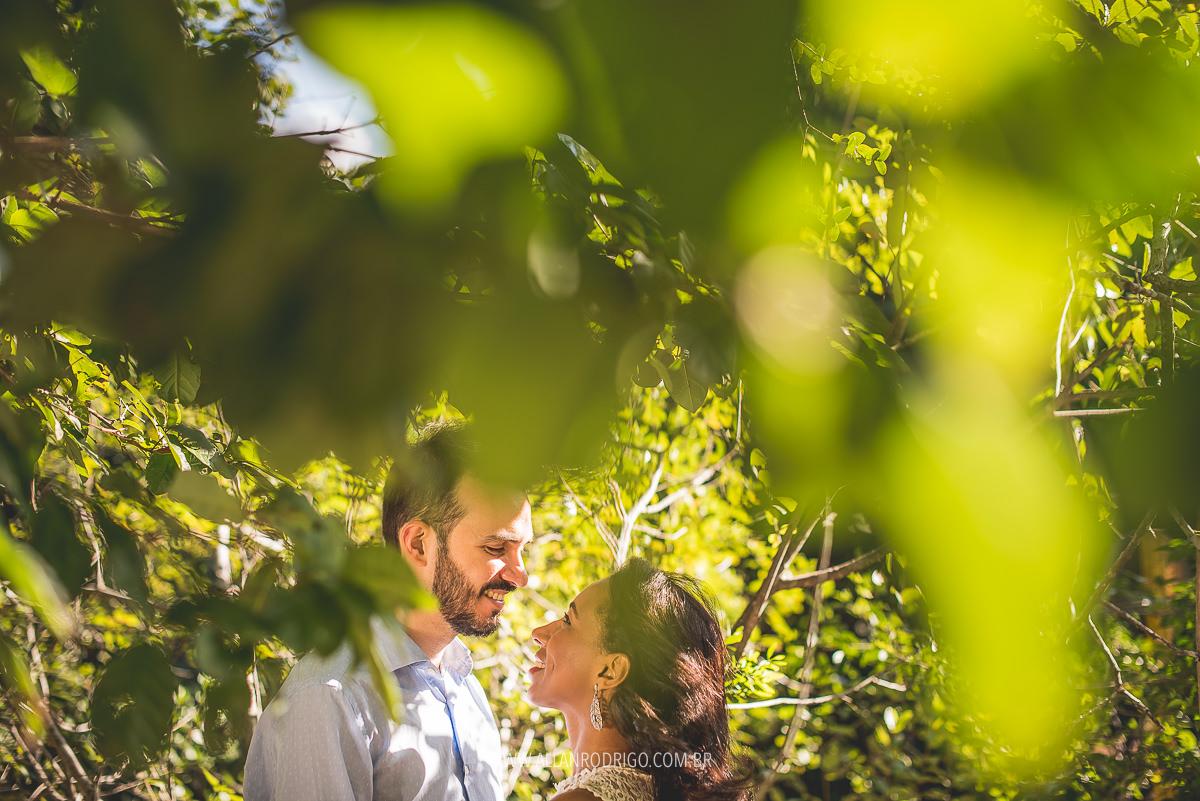 Casal namorando no parque