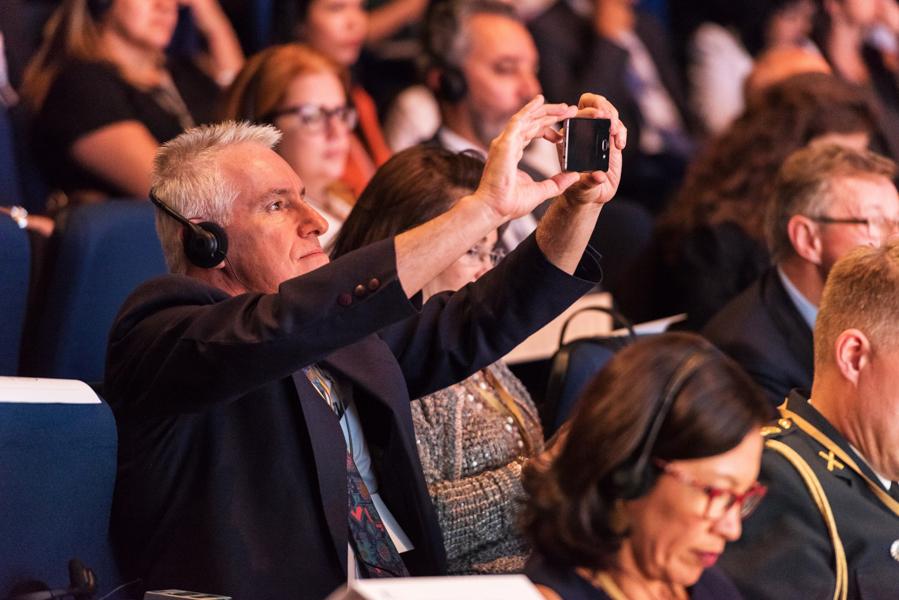 Participante fotografa slide durante palestra no Global Child Forum on South America photo by Romero Cruz